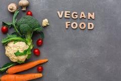 素食主义者食物 在灰色背景,拷贝空间的新鲜蔬菜 库存图片