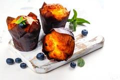 素食主义者香蕉燕麦粥松饼用蓝莓 免版税库存图片