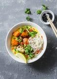 素食主义者khao在灰色背景的soi汤,顶视图 素食汤用姜黄,米线,烘烤了南瓜和花椰菜 免版税库存照片