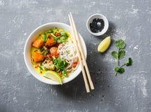 素食主义者khao在灰色背景的soi汤,顶视图 素食汤用姜黄,米线,烘烤了南瓜和花椰菜 图库摄影