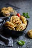 素食小圆面包用各式各样的蕃茄、葱和无盐干酪填装了 免版税库存照片