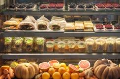 素食快餐陈列室用三明治、甜点、沙拉、水果和蔬菜 免版税库存图片