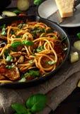 素食意大利面团意粉alla诺马用茄子、蕃茄、蓬蒿和帕尔马干酪在土气长柄浅锅平底锅 免版税图库摄影