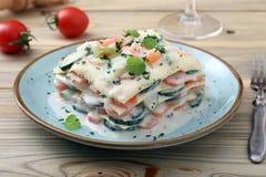 素食烤宽面条用夏南瓜和红萝卜切片和besciamella乳酪 免版税库存照片