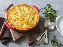 素食牧羊人` s饼 土豆、扁豆和季节性庭院菜砂锅 免版税库存图片