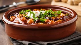 素食者辣椒用鹰嘴豆和豆 库存图片