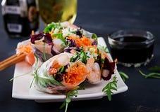 素食越南春卷用辣虾,大虾,红萝卜,黄瓜 图库摄影