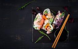 素食越南春卷用辣虾,大虾,红萝卜,黄瓜 免版税库存照片