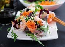 素食越南春卷用辣虾,大虾,红萝卜 免版税库存照片