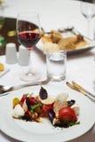 素食食物用用卤汁泡的蕃茄,芝麻菜,无盐干酪che 免版税图库摄影