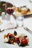 素食食物用用卤汁泡的蕃茄,芝麻菜,无盐干酪che 免版税库存照片