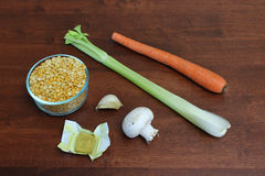 素食黄色分开的浓豌豆汤的成份 库存照片