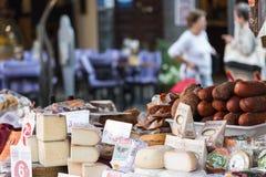 索勒,西班牙10 29 2016年:乳酪和香肠的分类在市场摊位 库存图片
