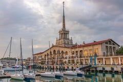 索契海洋驻地和小游艇船坞在它旁边在一阴天 日落在一多云天 免版税库存图片