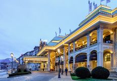 索契赌博娱乐场和手段是与外部装饰的新的现代大厦在高尔基Gorod山滑雪场和普遍的赌博的destina 免版税库存照片