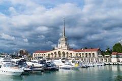 索契,俄罗斯商业海口  游艇和船在黑海 多云日 免版税库存照片