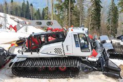 索契,俄罗斯, 2017年5月02日:滑雪坡道的准备的特别机器在山背景的在春天的 免版税库存照片