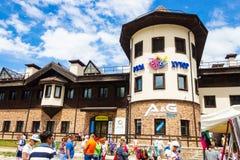 索契,俄罗斯- 2016年7月:罗莎Khutor,索契,俄罗斯 Krasnaya Polyana 餐馆和旅馆滑雪胜地奥运会村庄 库存照片