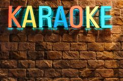索契,俄罗斯- 2018年1月4日:五颜六色的氖阐明了在石大厦墙壁背景的卡拉OK演唱标志在罗莎Khutor手段 A 库存照片