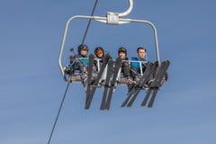 索契,俄罗斯- 2018年1月3日:升降椅的滑雪者 图库摄影