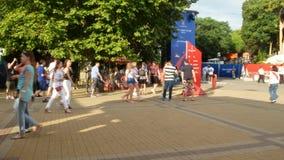 索契,俄罗斯- 2018年6月16日:国际足球联合会2018年 足球迷在公园走在海口旁边 4K 影视素材
