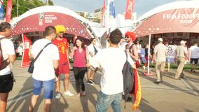 索契,俄罗斯- 2018年6月16日:国际足球联合会2018年 足球迷在公园走在海口旁边 4K 股票录像