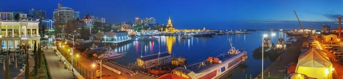 索契,俄罗斯- 2018年2月10日:在江边的晚上光 免版税图库摄影