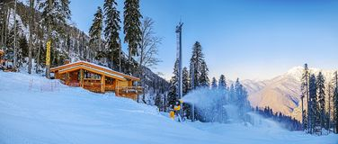 索契,俄罗斯- 2015年12月19日:在滑雪倾斜高尔基市附近的运转的雪发电器 图库摄影