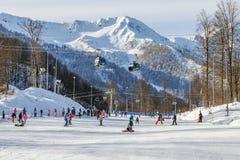 索契,俄罗斯- 2018年1月3日:在罗莎Khutor手段的滑雪坡道  免版税库存图片