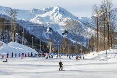 索契,俄罗斯- 2018年1月3日:在罗莎Khutor手段的滑雪坡道  图库摄影