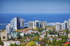 索契,俄罗斯- 2015年8月30日:在黑海的背景的都市建筑学 免版税图库摄影