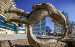 索契,俄罗斯- 2018年1月11日:城市全景通过雕塑 免版税库存照片