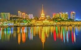 索契,俄罗斯- 2016年4月16日:城市的夜反射 免版税库存图片