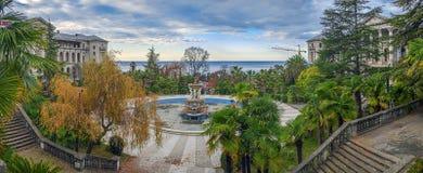 索契,俄罗斯- 2015年11月28日:奥尔忠尼启则疗养院的秋天全景 库存图片