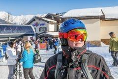 索契,俄罗斯- 2018年1月3日:戴眼镜的一个滑雪者在罗莎Khutor滑雪胜地  免版税库存图片