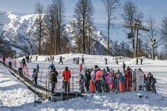 索契,俄罗斯- 2018年1月3日:排队在滑雪电缆车,滑雪胜地罗莎Khutor 图库摄影