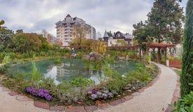 索契,俄罗斯- 2017年11月20日:新的正方形的全景与池塘的 图库摄影