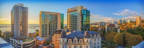 索契,俄罗斯- 2015年10月5日:日落的城市全景 库存照片