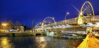 索契,俄罗斯- 2018年1月11日:横跨索契河的一座发光的桥梁 免版税库存图片