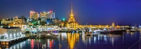 索契,俄罗斯- 2018年2月10日:海码头,在晚上末期 库存图片