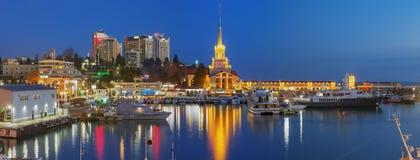 索契,俄罗斯- 2018年2月10日:海码头,在晚上 库存照片