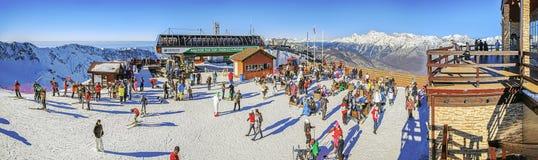索契,俄罗斯- 2015年12月19日:滑雪者和挡雪板高尔基市滑雪胜地的  免版税库存照片