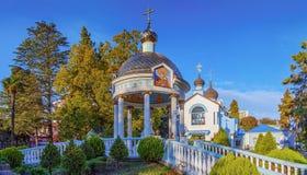 索契,俄罗斯- 2016年11月3日:爱德乐 圣洁圆形建筑和三位一体的教会给与生命 免版税库存照片