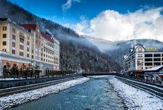 索契,俄罗斯- 2018年12月24日:罗莎Khutor高山手段 滑雪场国际水平 Krasnaya Polyana,克拉斯诺达尔地区 免版税库存图片