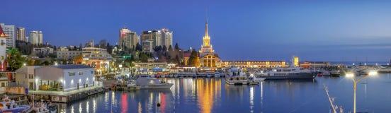 索契,俄罗斯- 2018年2月10日:船坞的晚上全景 库存照片
