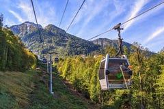 索契,俄罗斯- 2014年9月27日:高加索山脉风景夏天风景与高尔基Gorod山缆道滑雪吊车的  库存照片