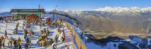 索契,俄罗斯- 2015年12月19日:高尔基市滑雪胜地的全景  免版税库存图片