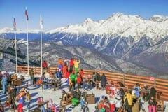 索契,俄罗斯- 2015年12月19日:高尔基市滑雪胜地的观察站点  免版税库存图片