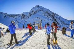 索契,俄罗斯- 2015年12月19日:高山滑雪者在多雪的山峰背景中  库存照片