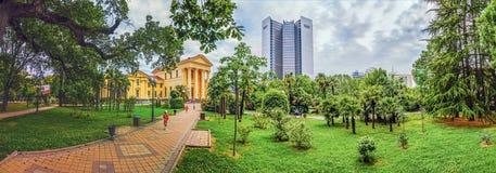 索契,俄罗斯30日2015年:在美术馆附近的绿园 免版税库存照片